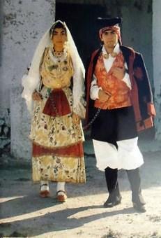 """Couple en costumes traditionnels qu'on appelle """"Is Maurreddus""""."""