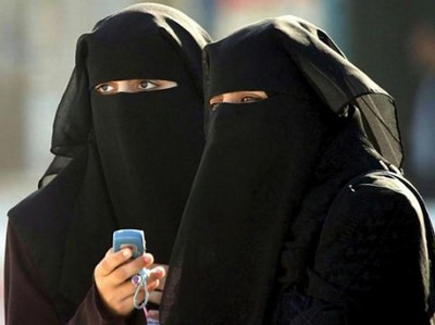La kabba est voilee d un tissu noire de la tete au pied telle une femme saoudienne !