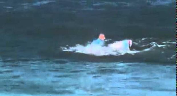 ميك فانينغ راكب أمواج ينجو بأعجوبة من هجوم لسمك قرش