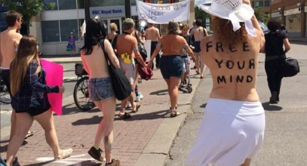 """كندا: دعوات لاحترام حق النساء في الخروج للأماكن العامة """"عاريات الصدور"""""""