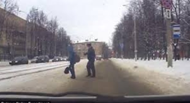 شرطي ينقذ طفل من اصطدام وشيك