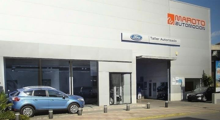 Fotografía de la fachada de Maroto Automoción, Taller Ford en Cullera, donde se puede ver el expositor de vehículos y la entrada al taller.