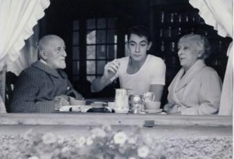 Jean-Claude Villeminot, entre ses grands-parents Lucien Villeminot et Madeleine Gravereaux (Croissy-sur-Seine, 1956)