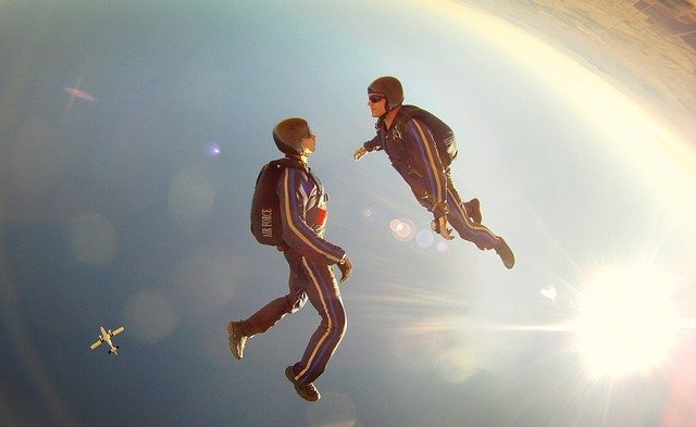 Now this is the ultimate couple fun sky diving !