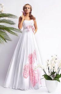 Ein Modell in einem schicken Batik-Kleid