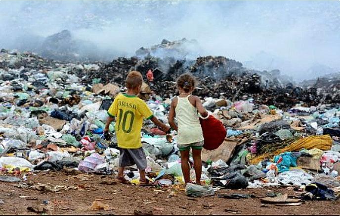 imagem de crianças em lixões