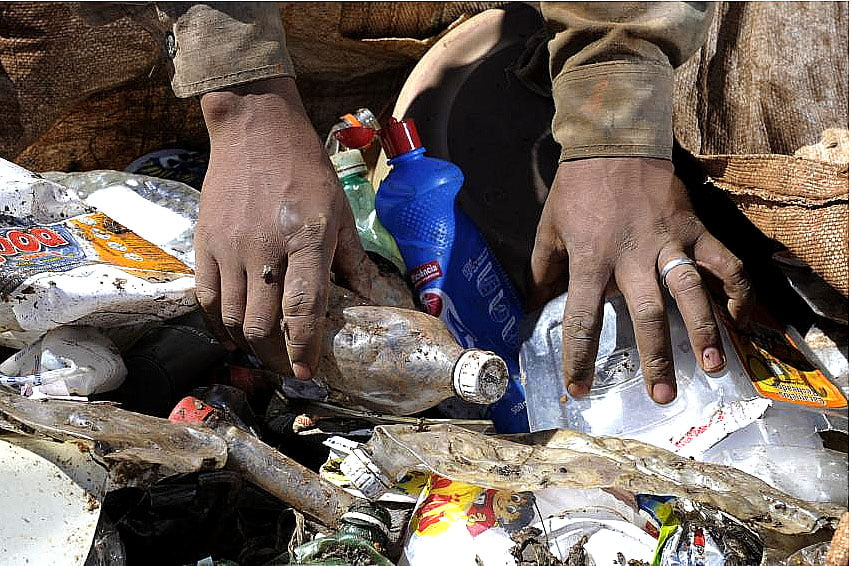 imagem de mãos em lixões