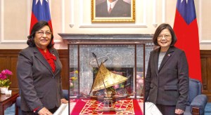 Marshall Islands Ambassador to Taiwan Neijon Edwards presented a Marshallese outrigger canoe model along with her diplomatic credentials to Republic of China President Tsai Ing-wen at a ceremony in Taipei February 15.