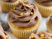 Yellow Cupcakes with Chocolate Buttercream Frosting | marshasbakingaddiction.com @marshasbakeblog