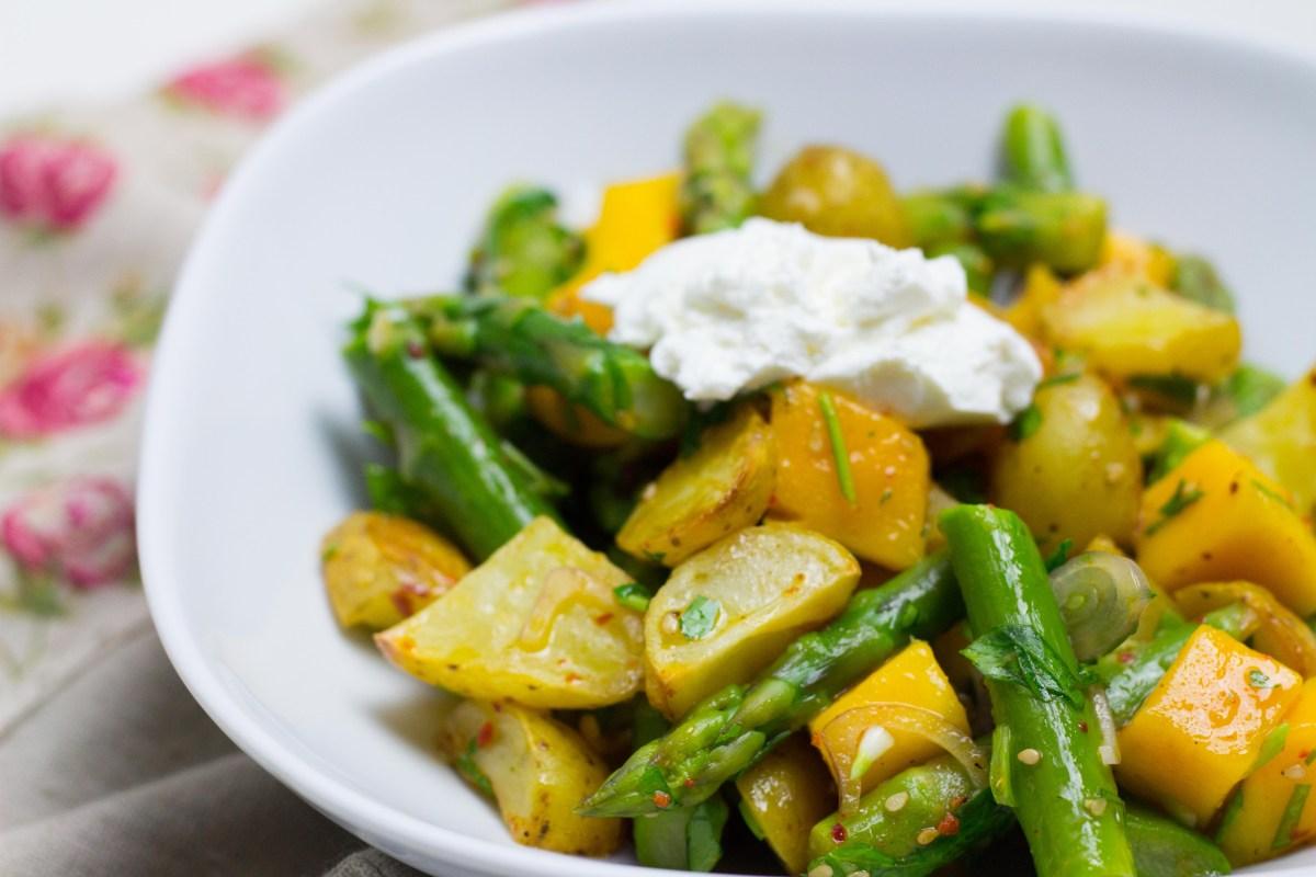 Frühlings-Kartoffelsalat mit Spargel und Mango