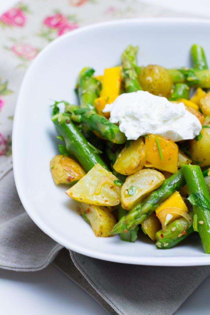 Kartoffelsalat mit grünem Spargel und Mango