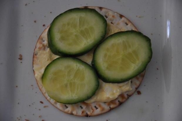 Voor de Pasen: eiersalade met komkommer.