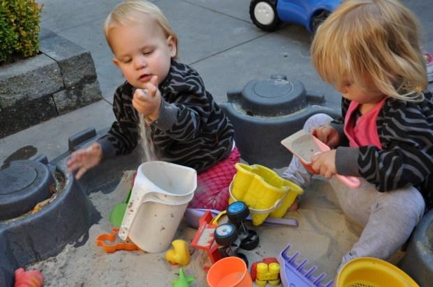 Mijn jongste ontdekt het liefst wat verschillende materialen doen. Zoals zand.
