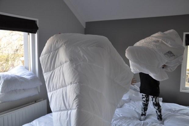 Raam open en lekker het dekbed opschudden, net als Vrouw Holle in de Efteling maar zonder de sneeuw!