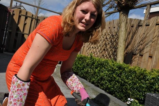 """""""Lukt het fotograferen lieverd?"""" En de tuinhandschoenen zijn niet heel charmant, maar wel effectief haha (gekocht bij Aldi)."""
