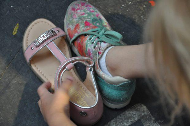 Even kijken of ie zou passen... Dit sjieke oudroze sandaaltje van Moschino vindt mijn oudste erg mooi.
