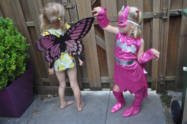 Batgirl maakt coole moves en vlindertje staat er lief bij.