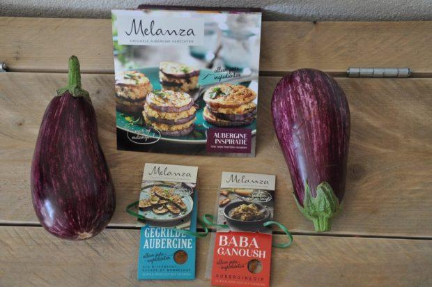 Gestreepte aubergines met een zakje Melanza kruidenmix.
