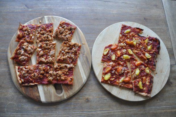 Zondagmiddagsnack: Flammkuchen pizza's. Een met tonijn en een met salami.