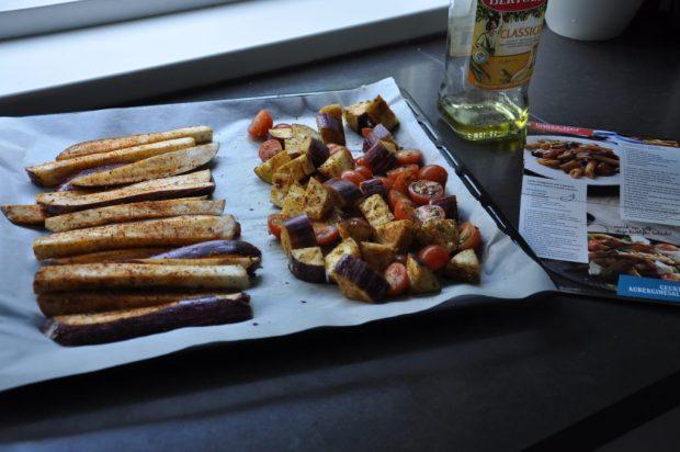 Links de aubergines voor de salade, rechts de mix met cherrytomaatjes voor de pasta.