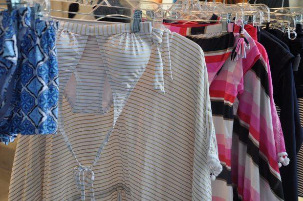 Mama zou mooi kunnen matchen in deze goudwitte bikini met bijpassende tuniek <3