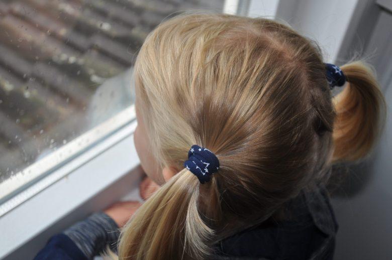 De nieuwe collectie van Zenner matcht perfect met het donkerblauwe NoNo jurkje.
