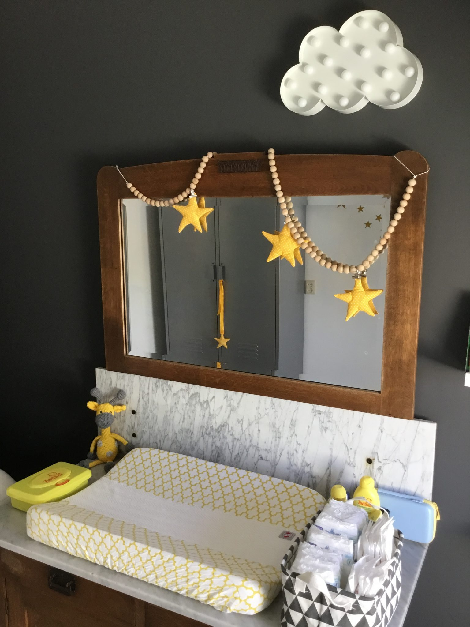 commode babykamer geel
