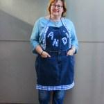 Mode für die Küche: Diese Schürze wurde aus einer alten Jeans hergestellt, Ränder und einzelne Buchstaben aus Karostoff appliziert.