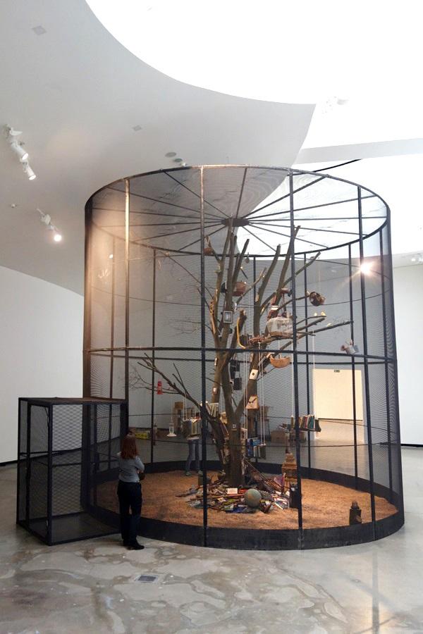 "Abbildung der Installation ""Library for the Birds""."