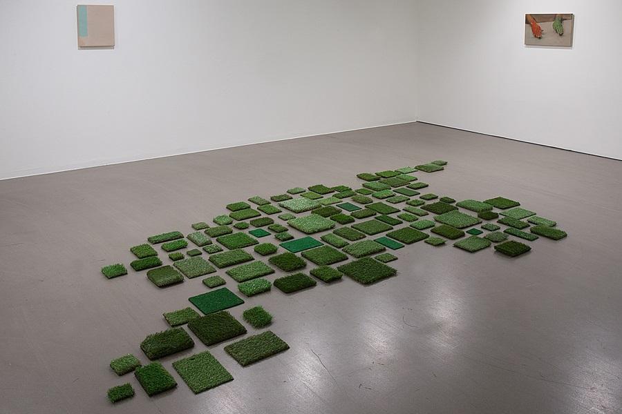 Abbildung von Vlatka Horvats Arbeit Always Greener in der Ausstellung Grün stört im Marta Herford