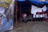 Gaby Patishtan en el plantón que hace tres días ayuna y ora por la libertad de su padre