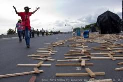 Los manifestantes colocaron centenares de cruces en la esplanada de los ministerios como acto simbólico para denunciar los 1600 asesinatos de lideres o militantes campesinos en los últimos 30 años.