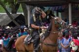 El Subcomandante Insurgente Marcos reaparece en público después más de 5 años durante el homenaje a Galeano. A caballo, al son de la canción de La cigarra de María Elena Walsh, desarmado, con un machete en la espalda, un guante negro en la mano izquierda con huesos pintados de blanco y el ojo derecho cubierto con un parche, como el resto de milicianos, insurgentes y Comandantes. Así pudimos imaginar cómo se mira el mundo desde la izquierda. Con este gesto saluda a la sociedad civil y a los medios libres.