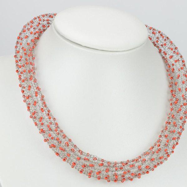 Gestrickte Halskette mit hellroten Perlen von Martina Groß