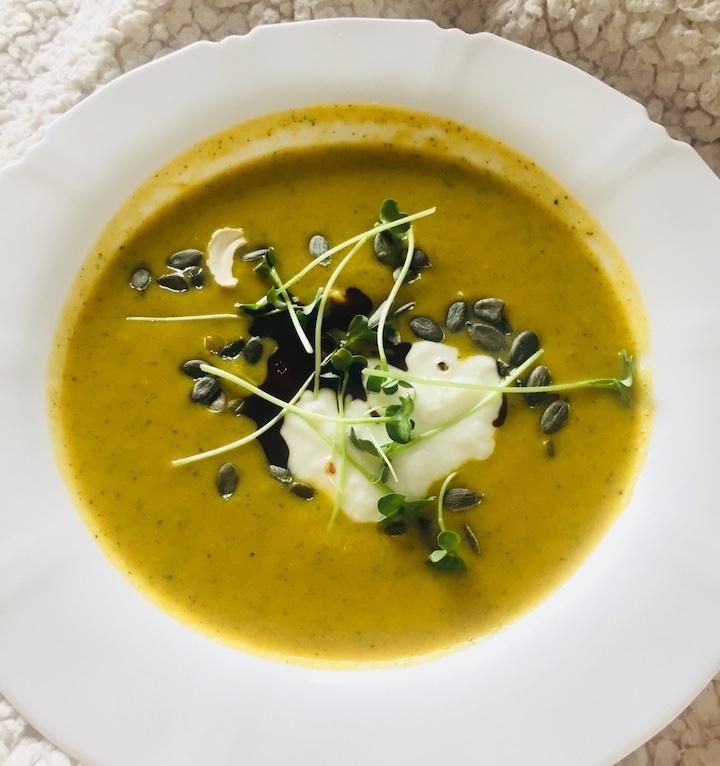 Brokolicovo-batátová polievka s jarnými klíčkami