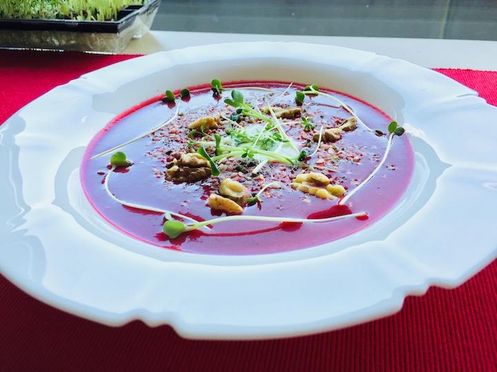 Cviklová polievka s orechami