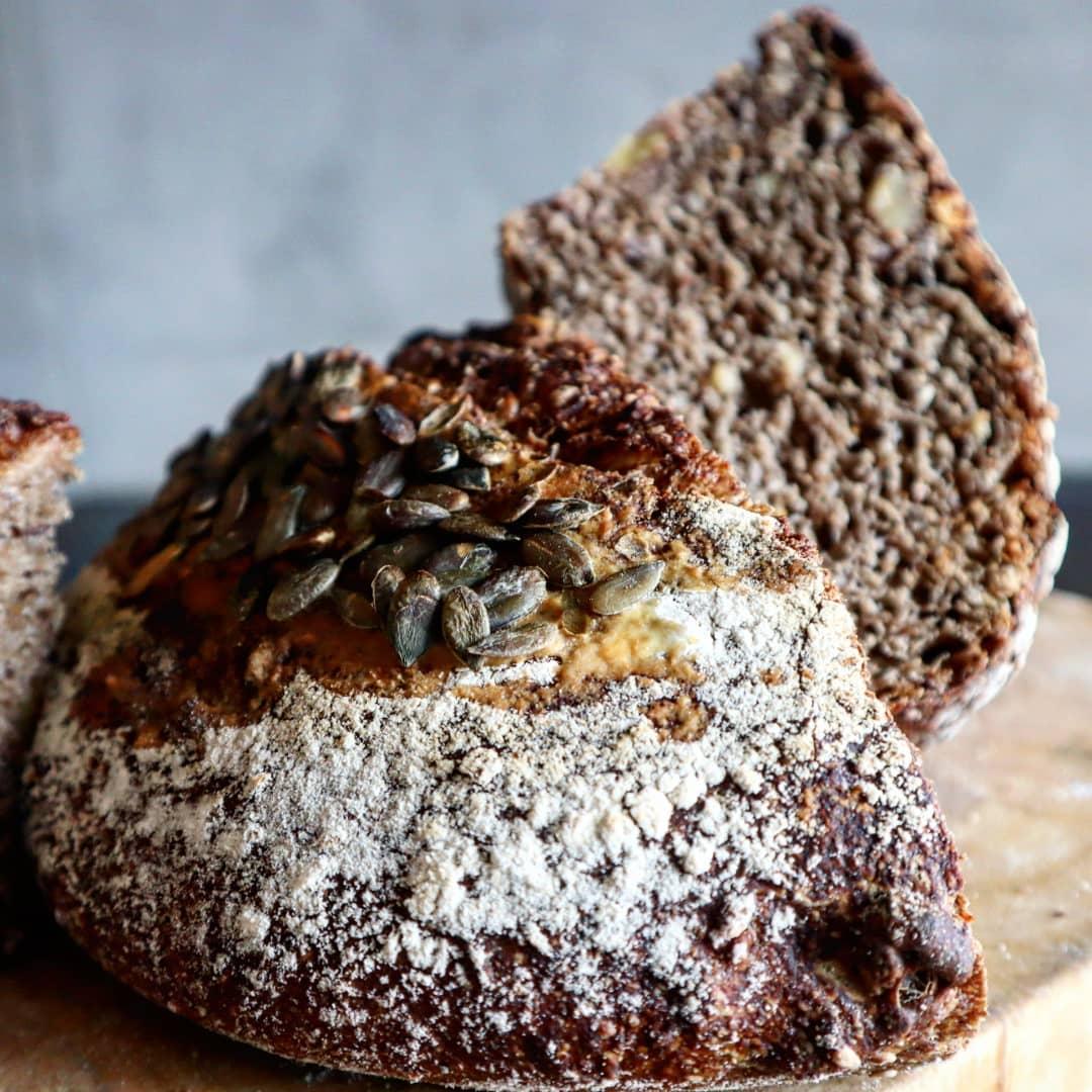 Pane nero con semi e frutta secca