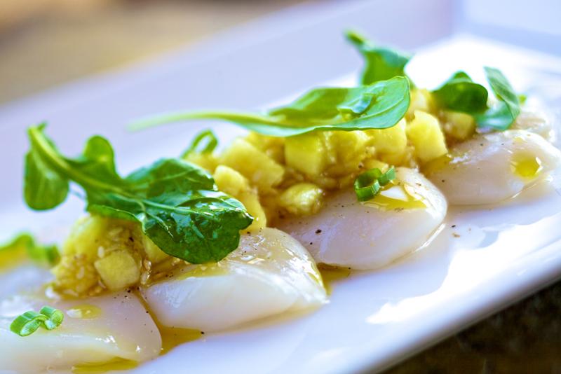 Client : Bistro 4 saisons | Pétoncles servis crus, sauce vierge à l'ananas