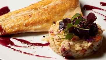 1578482702 Lubina salvaje a la pimienta de sezchuan y salsa de vino tinto. bjpg Los Montes de Galicia presenta una guía práctica para comer pescado y marisco