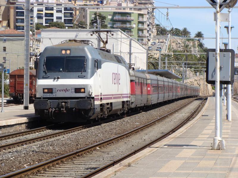 Tren Talgo en la Estación de Tren de Tarragona ciudad - © eldelinux