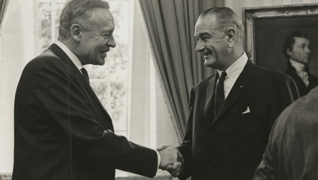 Klimatforskaren Roger Revelle skakar hand med Lyndon Johnson i Ovala rummet. Credit: Roger Revelle Papers, Special Collections & Archives, University of California, San Diego.
