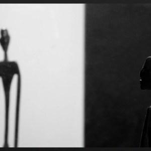 bianco e nero foto specchio uomo