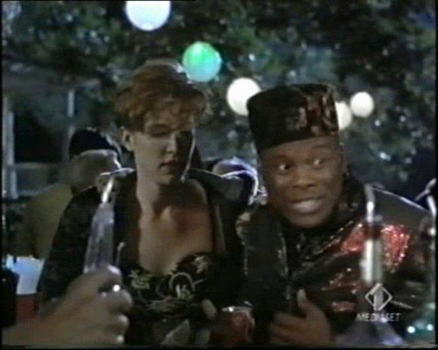 Byron con il fez in versione dittatore africano - Tammy e il T-Rex