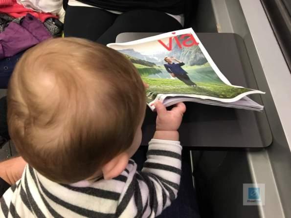Meine kleinste beim Via «lesen» im Zug