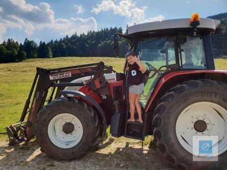 Cecilya auf dem Traktor