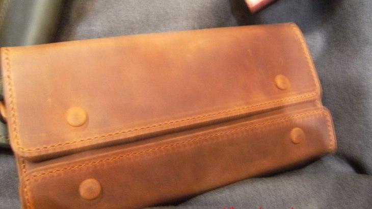 ナポレオンカーフ アレクサンダーウォレット 形にインパクトあって機能性も高いお財布です。
