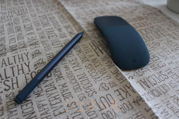 SurfaceLaptopBlueと、一緒に借りたペンとマウスです