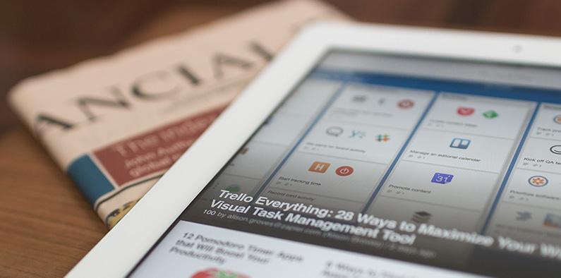 Close up van tablet met Trello op het scherm
