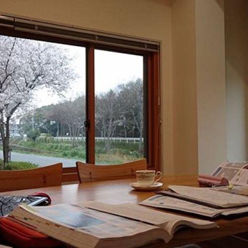 【リフォームの打ち合わせ】  今日は事務所で満開の桜を眺めながらお客様と打ち合わせでした。曇りでしたが、それも良し
