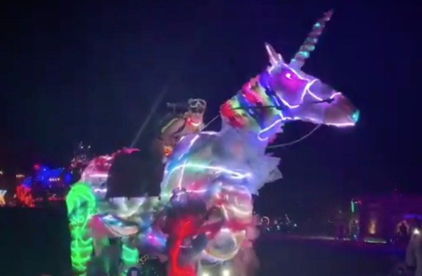 paris-hilton-burning-man-video-unicornio-neon-twitter-2019